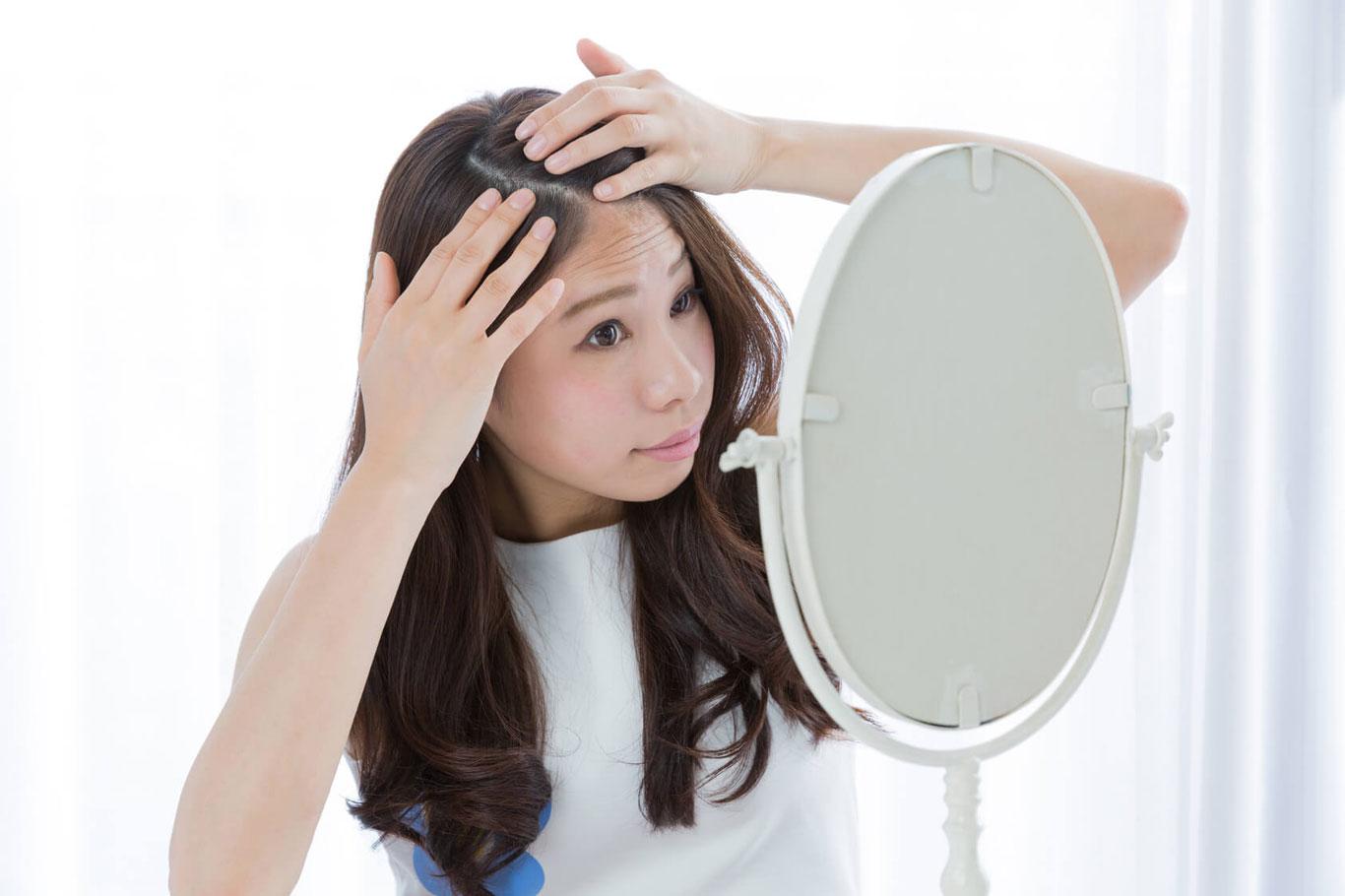 髪はメイクよりも「若さ」を左右する? 女性の抜け毛にはサプリメントも。